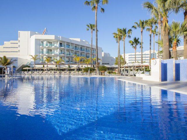 https://media.costalessgolf.com/2015/05/Cala-Millor-Park-Pool-1-640x480.jpg