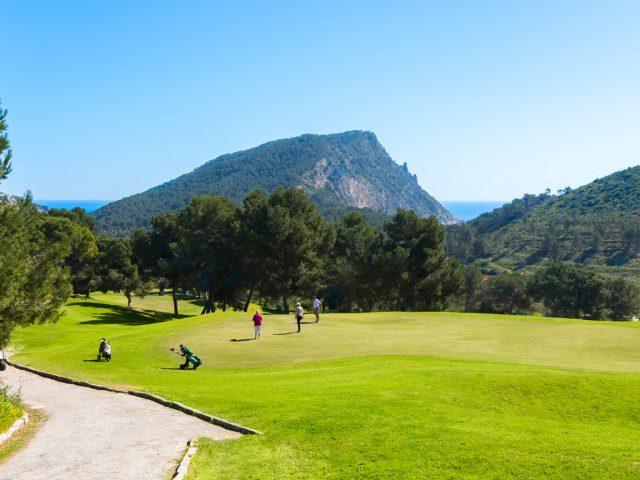 https://media.costalessgolf.com/2019/02/Golf-Ibiza-Campo-18-HOYOS-GOLF-DE-IBIZA4-640x480.jpg